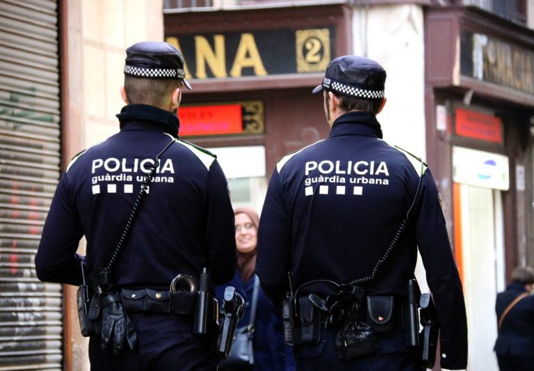 Dos agents de la Guàrdia Urbana patrullant per Barcelona
