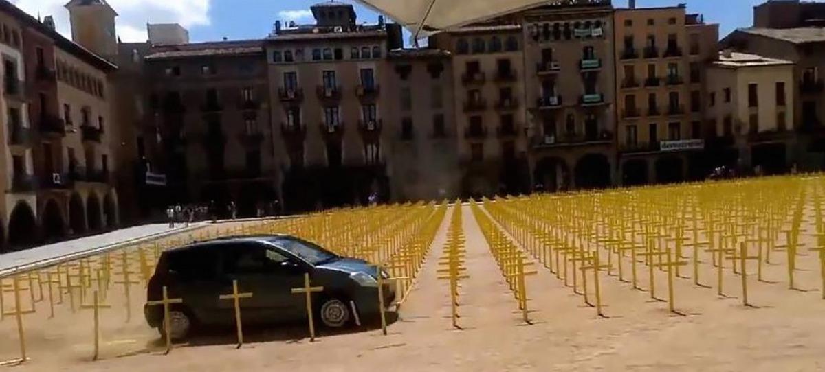 Un individu envesteix amb el cotxe les creus grogues plantades a Vic pels presos polítics i exiliats