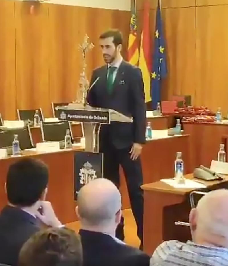 Captura de pantalla del vídeo del regidor de Vox a Oriola jurant el càrrec