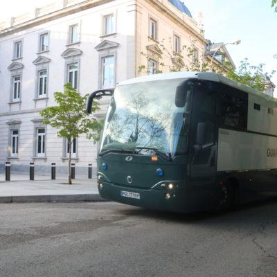 Un bus de la Guàrdia Civil, arribant a l'Audiència Nacional
