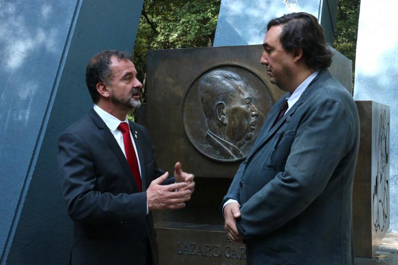El nét del president mexicà que va donar refugi als exiliats espanyols, Cuate Cárdenas Batel, parlant amb el conseller Alfred Bosch