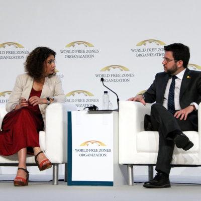 La ministra d'Hisenda en funcions, María Jesús Montero, parlant amb el vicepresident del Govern, Pere Aragonès, a la inauguració del Congrés Mundial de Zones Franques a Barcelona