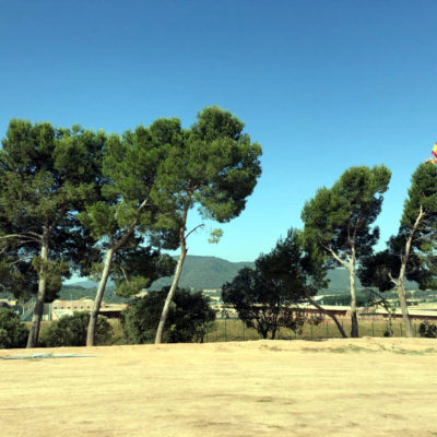 Pla general de l'esplanada de Lledoners sense els llaços grocs i amb la bandera espanyola onejant