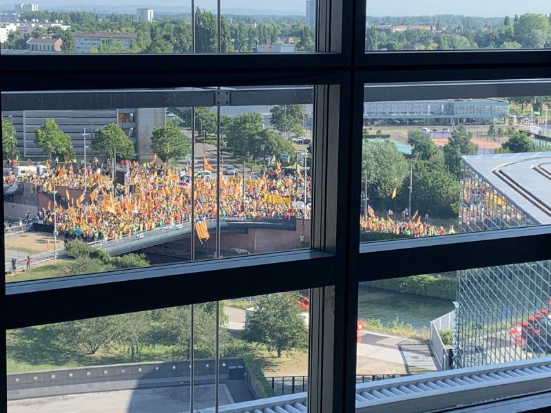 Imatges de la manifestació des de l'interior de l'Eurocambra/ Twitter @ramontremosa