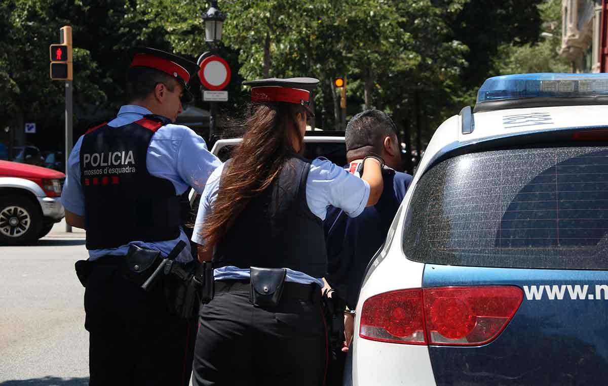 Dos agents dels Mossos d'Esquadra, en una imatge d'arxiu / ACN