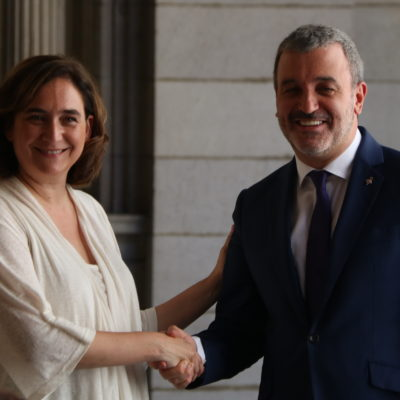 L'alcaldessa de Barcelona, Ada Colau, i el líder del PSC, Jaume Collboni, encaixant les mans