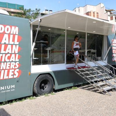 El bus d'Òmnium Cultural a la plaça Catalunya de la ciutat de Girona