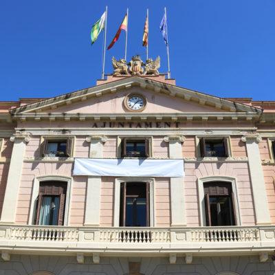 La façana de l'Ajuntament de Sabadell amb la pancarta que demana la llibertat dels presos polítics girada