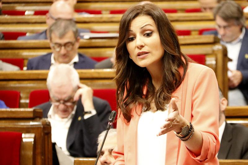 Lorena Roldán, intervenint en un ple del Parlament