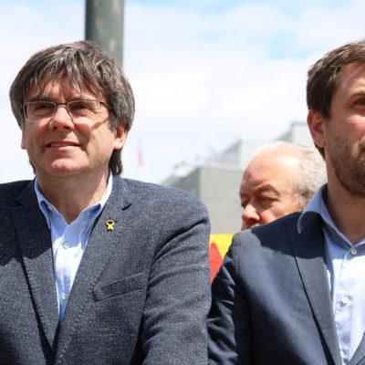 Els eurodiputats electes de JxCat Carles Puigdmeont i Toni Comín durant la manifestació pel final del judici de l'1-O davant la Comissió Europea, a Brussel·les