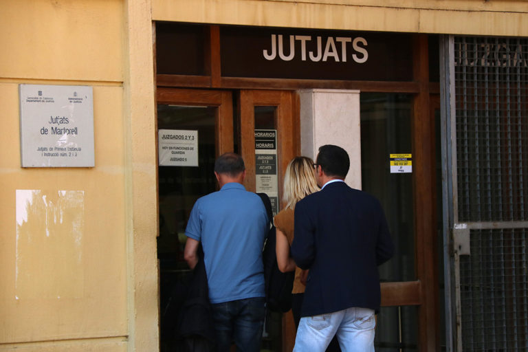 Una docent de l'IES El Palau del curs 2017-2018 en el moment d'anar a declarar als jutjats de Martorell