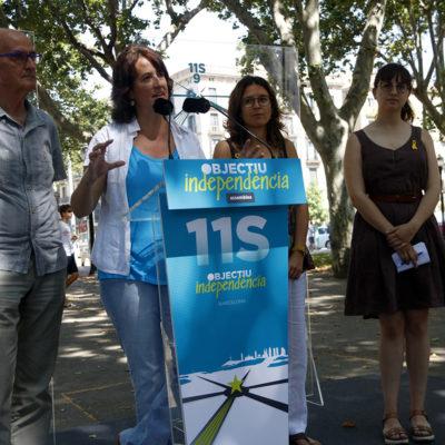 La presidenta de l'ANC, Elisenda Paluzie, acompanyada per Pep Cruanyes (ANC), Carla Soler (ANC) i Montse Ortiz (Òmnium)