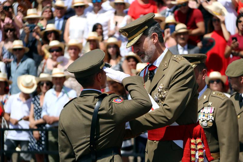 Felipe VI condecorant al número 1 de la promoció