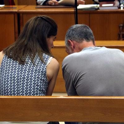Dos membres dels CDR parlant al banc dels acusats abans de començar el judici a l'Audiència de Barcelona