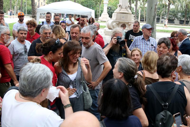 La Laia i el Lluís saludant els concentrats que els han donat suport durant el judici