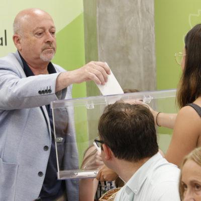 El portaveu d'ERC al Consell Comarcal de la Selva, Joan Martí, votant per la seva pròpia candidatura a la presidència de l'ens