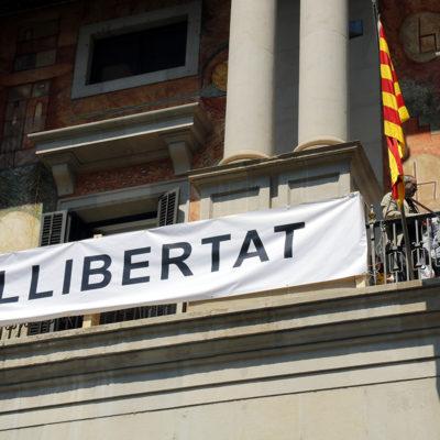 El president de la Diputació de Lleida, Joan Talarn, participant en la penjada d'una pancarta on s'hi llegeix 'Llibertat' amb un llaç groc a la façana de l'edifici de la corporació