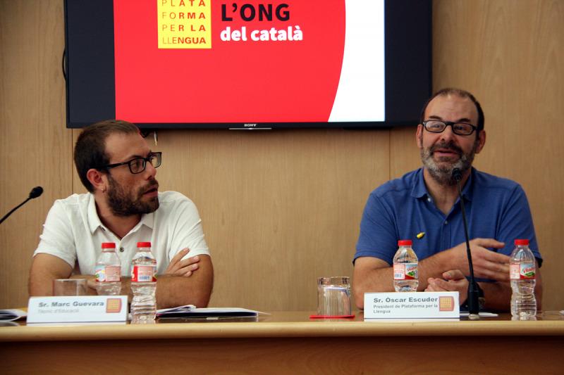 El president de Plataforma per la Llengua, Òscar Escuder, i el tècnic d'Educació, Marc Guevara