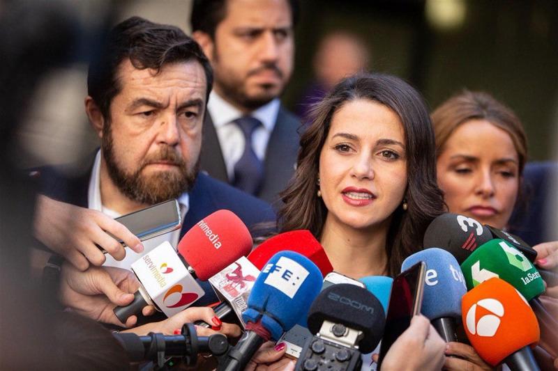 Inés Arrimadas parlant amb els mitjans de comunicació