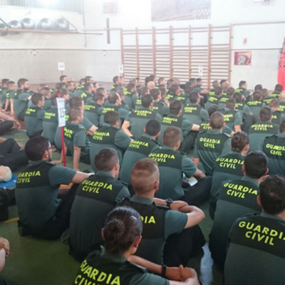Agents de la Guardia Civil rebent classes en un gimnàs