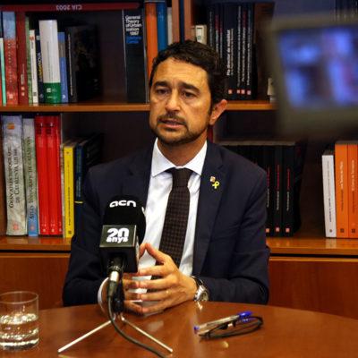 El conseller de Territori i Sostenibilitat, Damià Calvet, davant d'una càmera de l'ACN durant una entrevista