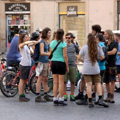 Un grup de turistes amb bicicletes a la Plaça Sant Jaume de Barcelona