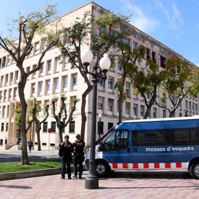 Dos agents i un vehicle dels Mossos d'Esquadra custodiant l'edifici de l'Audiència de Tarragona