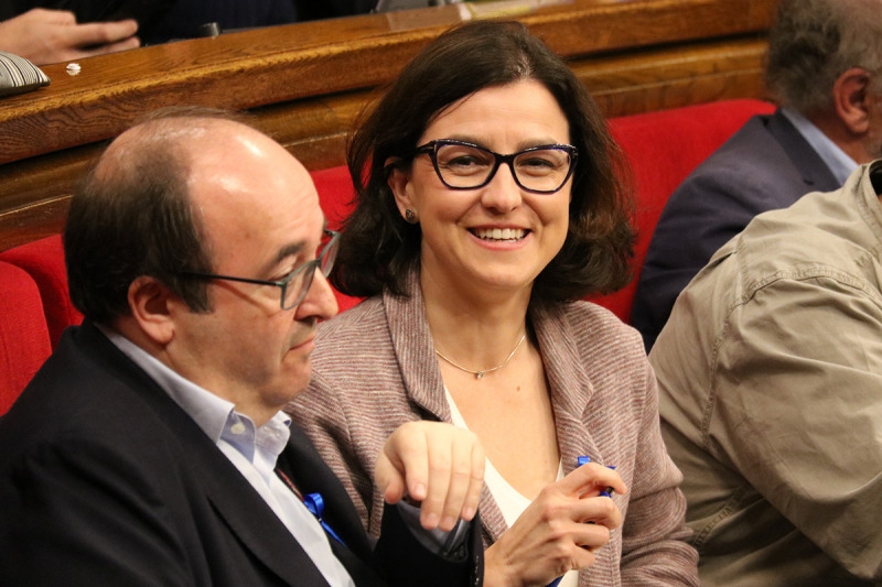 La portaveu del PSC, Eva Granados, somriu al costat del líder socialista, Miquel Iceta