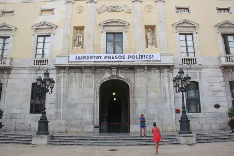 Pla general de la façana de l'Ajuntament de Tarragona, amb la pancarta 'Llibertat presos polítics!'