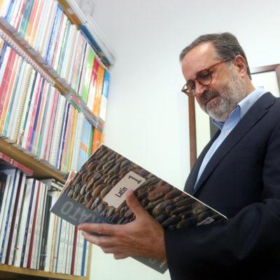 El president de la comissió de llibre de text del Gremi d'Editors de Catalunya, Antoni Garrido, fullejant un llibre de llatí