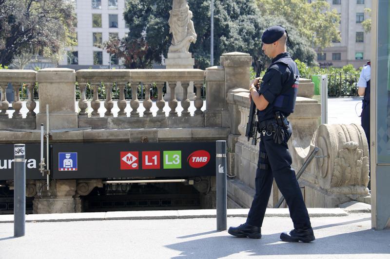 Un mosso davant la sortida de les Rodalies de Plaça Catalunya durant un operatiu policial contra carteristes