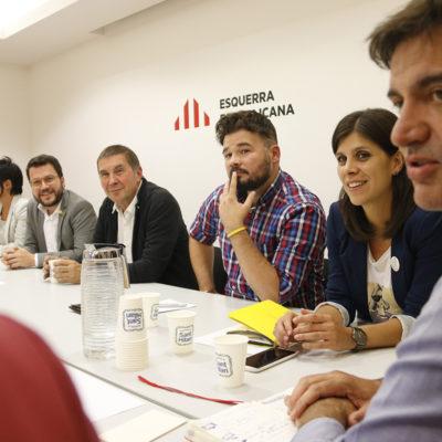 L'adjunt a la presidència d'ERC, Pere Aragonès, amb Arnaldo Otegi (Bildu) i Gabriel Rufián, Marta Vilalta i Sergi Sabrià en una reunió entre les dues formacions