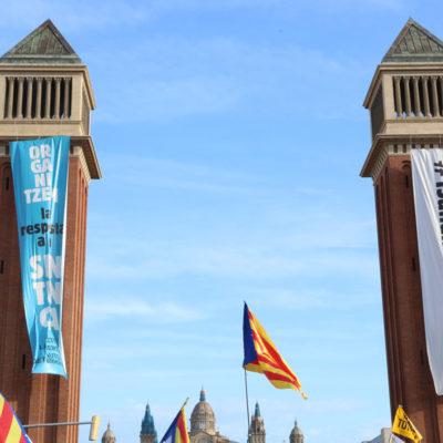 Les dues pancartes que ha desplegat el Tsunami Democràtic a les Torres Venecianes l'11-S de 2019