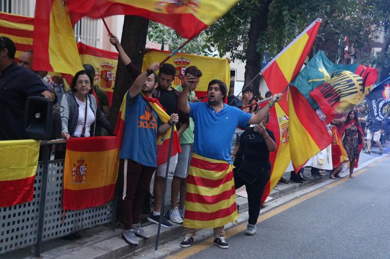 Espanyolistes davant la caserna de la Guàrdia Civil de Travessera de Gràcia, a Barcelona
