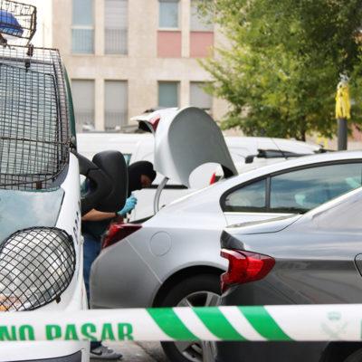 Imatge d'un agent de la Guàrdia Civil escorcollant un cotxe a Sabadell, el 23 de setembre de 2019
