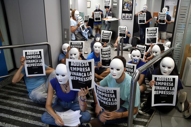 Pla general de l'oficina de CaixaBank del carrer Buenos Aires de Barcelona amb els activistes de Tsunami Democràtic