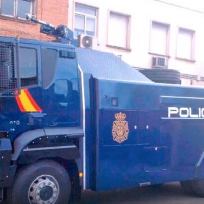 El camió llança aigua de la Unitat d'Intervenció Policial