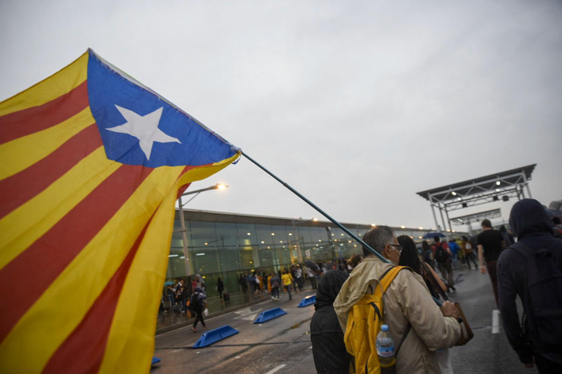 Un manifestant a l'aeroport de Barcelona