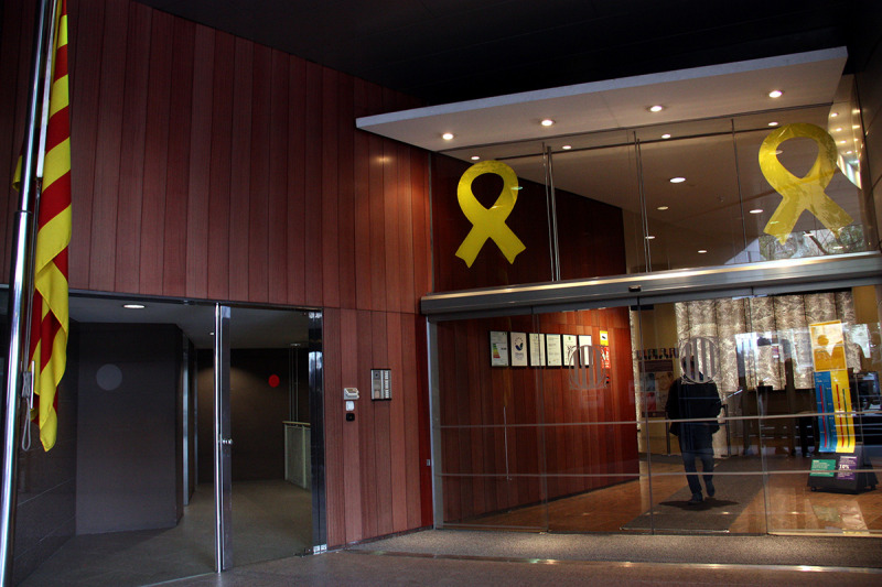 L'entrada del Departament de Territori de la Generalitat de Catalunya amb dos llaços grocs