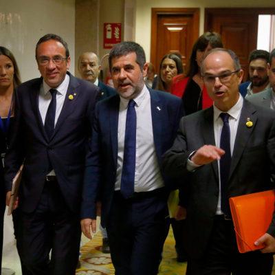 Josep Rull, Jordi Sànchez i Jordi Turull caminant pels passadissos del Congrés