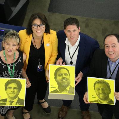 Els eurodiputats Martina Anderson, Matt Carthy, Diana Riba i Pernando Barrena ensenyant les fotos de Carles Puigdemont, Oriol Junqueras i Toni Comín dins l'hemicle del Parlament Europeu, a Estrasburg