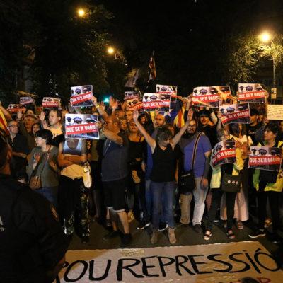 La manifestació convocada pels CDR a davant la caserna de la Guàrdia de Civil de la Travessera de Gràcia de Barcelona