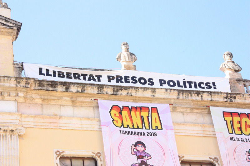 """La pancarta """"llibertat presos polítics"""" penjada al balcó de l'Ajuntament, després del ple que ha aprovat mantenir-la"""