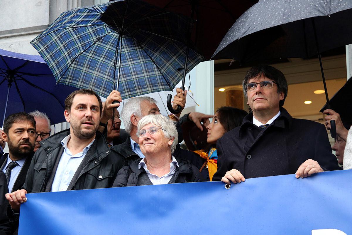 Carles Puigdemont, Toni Comín i Clara Ponsatí durant la concentració davant de l'Eurocambra, l'1 d'octubre del 2019