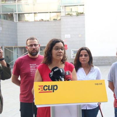 Pla conjunt dels diputats de la CUP-CC Carles Riera, Vidal Aragonès, Natàlia Sànchez i Maria Sirvent, i de la membre del Secretariat Nacional Eulàlia Reguant, en una roda de premsa