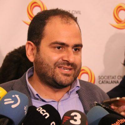 El president de Societat Civil Catalana, Fernando Sánchez Costa, durant una atenció als mitjans