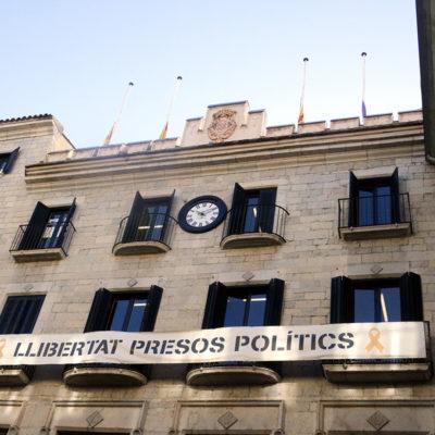 La pancarta amb el lema 'Llibertat presos polítics' que encara hi havia aquest 8 d'octubre del 2019 a la façana de l'Ajuntament de Girona