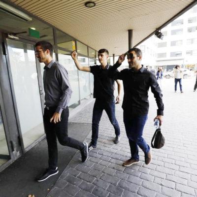Els tres estudiants de la UAB acusats d'estripar una bandera espanyola, entrant als Jutjats de Sabadell en el judici