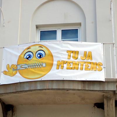 El cartell que s'ha despenjat a la façana de l'Ajuntament del Port de la Selva