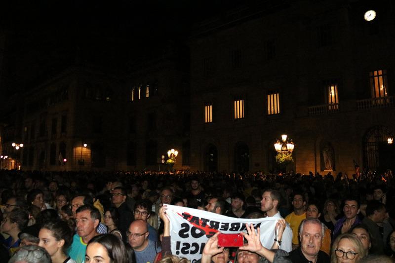 Pla general dels milers d'assistents a la Plaça Sant Jaume per mostrar el rebuig a la sentència